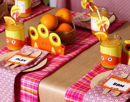 decoracion-mesa-cumpleanos-monstruos-naranjas-centros