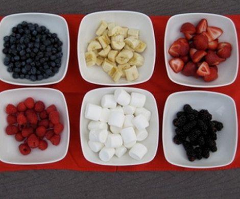 brochetas fruta cortada
