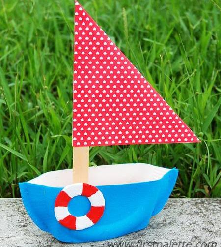 un barco de papel con materiaes reciclados