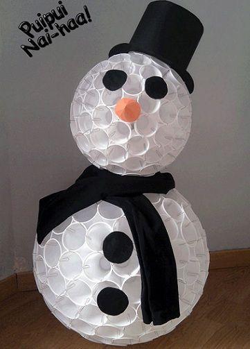 muneco de nieve con vasos de plastico