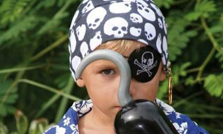 Niño con disfraz de pirata