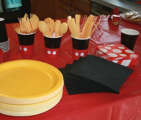 mesa de cumpleaños decorada de mickey mouse