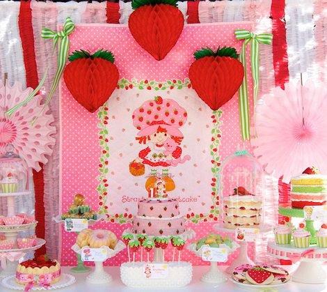 mesa de cumpleaños de tarta de fresa