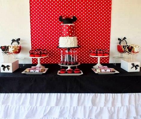 mesa decorada para un cumpleaños de Minnie Mouse casero