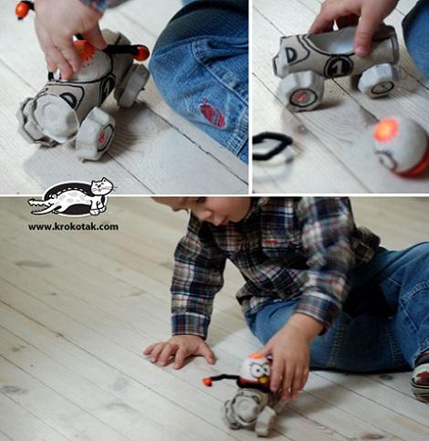 un coche de juguete con carton