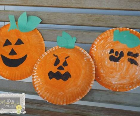 manualidades infantiles de Halloween platos calabaza