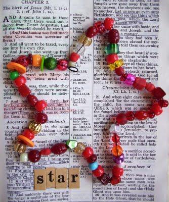 adorno de navidad casero con cuentas de colores